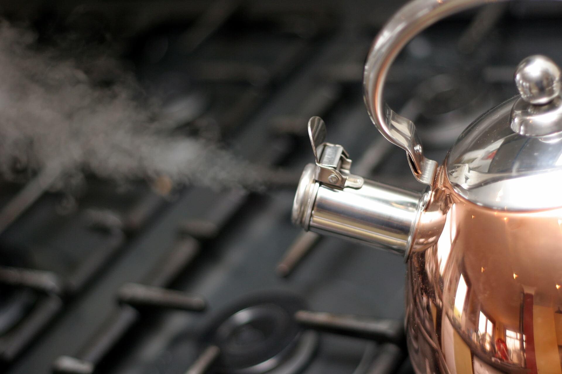 Dlaczego woda gotując się w czajniku, powoduje świst w gwizdku?