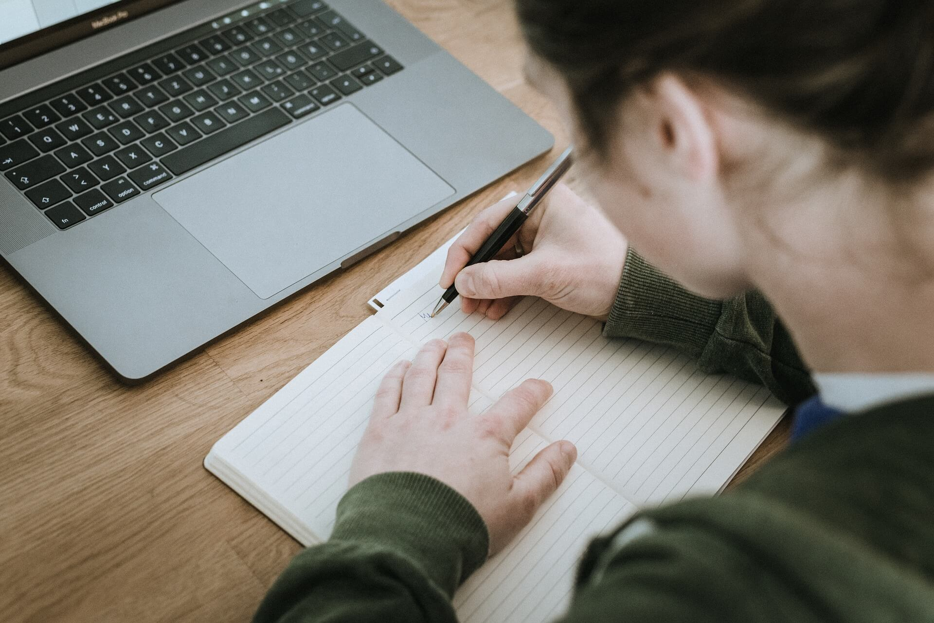 Dlaczego długopis zostawia ślad na kartce?